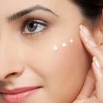 """Bí quyết """"vỗ lên da: để giúp kem dưỡng thấm sâu vào các lớp tế bào da"""