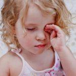 Bí quyết cực hay giúp trẻ hết cay mắt khi bị day ớt, hành, dầu vào mắt