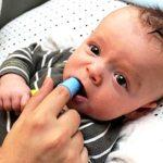 Rơ miệng lưỡi cho trẻ đúng cách để ngừa bệnh viêm họng, đẹn lưỡi