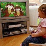Bé gái hỏng dạ dày vì vừa ăn vừa xem tivi, iPad