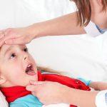 4 dấu hiệu giúp mẹ nhận biết trẻ bị viêm họng do vi khuẩn hay do virus?