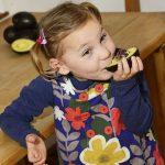 Cô bé 5 tuổi bị động kinh và câu chuyện ăn 2 quả bơ mỗi ngày để chữa trị