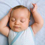 """Giải mã vì sao trẻ sơ sinh khi ngủ luôn giơ hai tay như """"đầu hàng"""""""